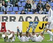 Ronaldo, Robinho y Roberto Carlos celebran un gol ante la mirada de Beckham. (Foto: AP)