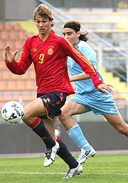 Llorente se lleva la pelota ante un jugador de San Marino. (Foto: EFE)