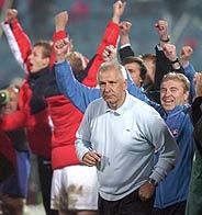 Los eslovacos con su seleccionador Dusan Galis celebran su clasificación para la repesca. (Foto: AFP)