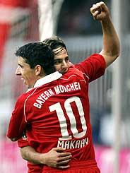 Pizarro y Makaay celebran un go ldel Bayern. (Foto: AFP)