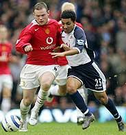 Rooney controla el balón ante un rival. (Foto: AFP)