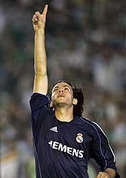 Álvaro Mejía dedica su gol, el segundo del Madrid. (Foto: AP)