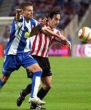 Expósito y Luis García pugnan por un balón. (Foto: EFE)