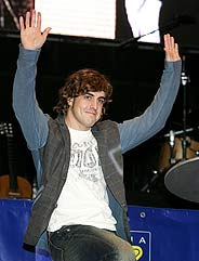 Alonso saluda a la multitud concregada en el Madrid Arena. (Foto: EFE)