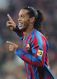 Ronaldinho, ovacionado por el Bernabéu tras su segundo gol. (Foto: AP)
