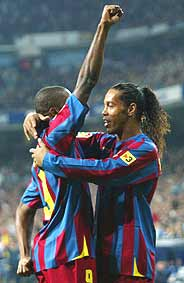 Eto'o y Ronaldinho celebran el gol del camerunés. (Foto: REUTERS)