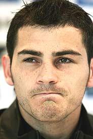 Casillas, tras firmar su renovación. (Foto: EFE)