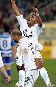 Zidane levanta a Robinho celebrando el tanto del brasileño. (Foto: EFE)