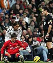 Ramos sujeta a Milosevic delante de Pérez Burrull. (Foto: EFE)