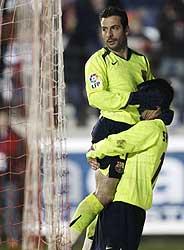 Giuly y Sylvinho se abrazan en el tercer gol. (Foto: REUTERS)