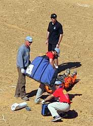 Caldecott, atendido por las asistencias tras sufrir el accidente. (Foto: AFP)