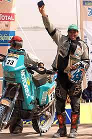 Caldecott saluda tras acabar la edición de 2005 del Dakar. (Foto: AFP)