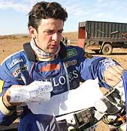 Esteve consulta su libro de ruta. (Foto: AFP)