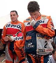 Marc Coma (primer plano) junto a Giovanni Sala, durante el minuto de silencio. (Foto: EFE)