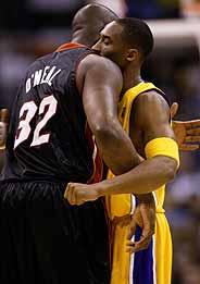 Bryant y O'Neal se abrazan. (Foto: AP)