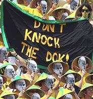 Aficionados australianos muestran su apoyo a Jelena Dokic. (Foto: Afp)