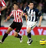 Nihat controla el balón ante Tiko. (Foto: EFE)