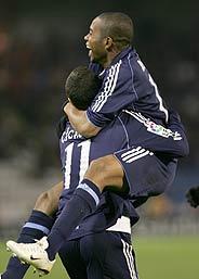 Robinho festeja su gol subido encima de su compatriota Cicinho. (Foto: REUTERS)