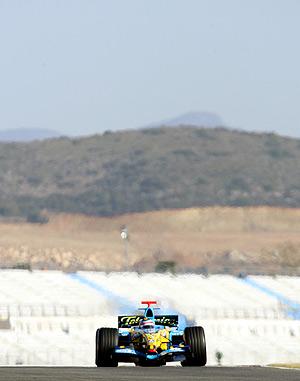 Alonso rueda durante la jornada del jueves. (Foto: REUTERS)