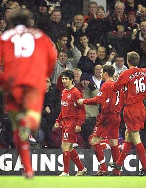 Varios jugadores del Liverpool felicitan a Luis García. (Foto: AFP)