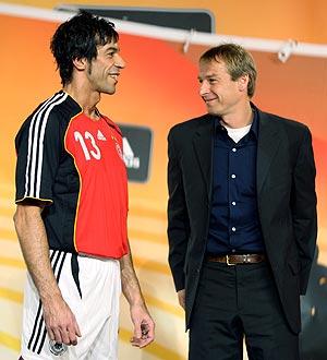 Imagen de la nueva camiseta alemana, roja y negra. (Foto: DPA)