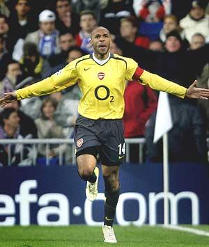Henry celebra el gol que da ventaja al Arsenal. (Foto: AFP)