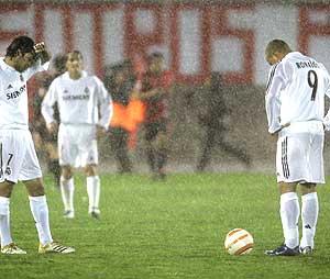 Raúl y Ronaldo se lamentan del segundo gol del Mallorca con Salgado al fondo. (Foto: AP)