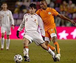 Cesc conduce el balón, en un momento del partido. (Foto: EFE)