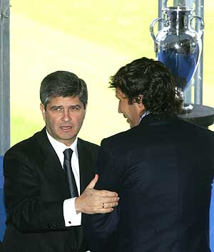 Fernando Martín y Raúl se saludan en el Santiago Bernabéu. (Foto: EFE)