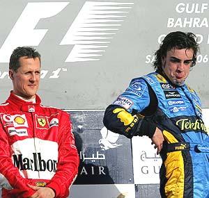 Alonso celebra su victoria en el podio de Bahrein ante el gesto impertérrito de Schumacher. (Foto: EFE)