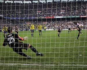 Tiko ejecutó el penalti con un trallazo ante el que nada pudo hacer el portero Limia. (Foto: IÑAKI ANDRÉS)