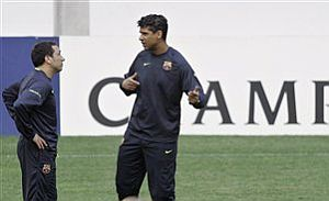 Rijkaard charla con Eusebio en el estadio Da Luz de Lisboa. (Foto: EFE)