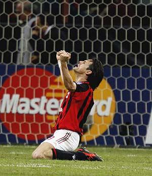 Filippo Inzaghi celebra un gol ante el Lyon. (Foto: AP)