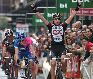 Sastre levanta los brazos y Cunego (detrás) muestra su decepción de Cunego. (Foto: EFE)
