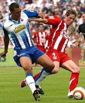 Costa y Torres pugnan por un balón. (Foto: AP)