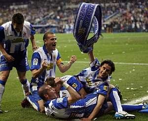 Los jugadores del Espanyol celebran el cuarto gol. (Foto: EFE)