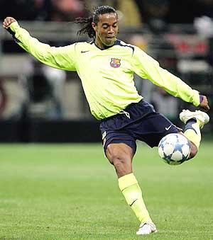 Ronaldinho golpea el balón. (Foto: EFE)