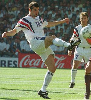 Zidane en uno de sus primeros encuentros con la selección francesa. (Foto: AP)