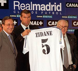 Zidane, junto a Florentino Pérez y Alfredo Di Stéfano el día de su presentación como jugador del Real Madrid. (Foto: Jaime villanueva)