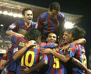 Los jugadores del Barça festejan el gol del Barça. (Foto: EFE)