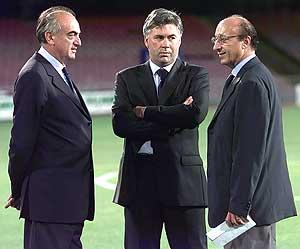Moggi (d) charla con el entrenador del Milan, Ancelotti (c). (Foto :REUTERS)