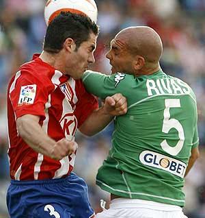 Antonio López y David Rivas pugnan por un balón aéreo. (Foto: EFE)