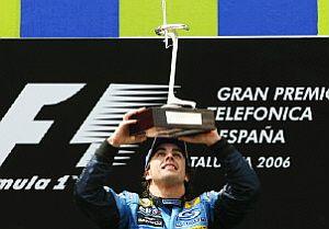 Alonso levanta el trofeo de campeón del GP de España en el podio de Montmeló. (Foto: AFP)