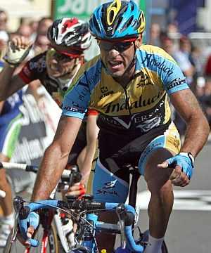 Carlos García Quesada firma su victoria en la línea de meta. (Foto: EFE)