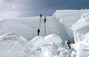 El desprendimiento de un serac del glaciar del Khumbu causó la muerte de tres sherpas. (Foto: EL MUNDO)