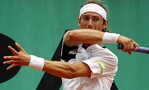 Ferrero golpea con su derecha ante Del Potro. (Foto: EFE)