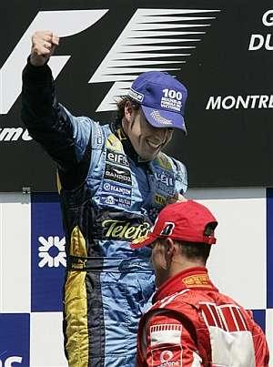 Alonso celebra la victoria en Canadá ante Michael Schumacher. (Foto: AP)