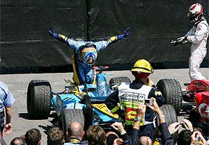 Alonso celebra su victoria en el GP Canada. (Foto: REUTERS)