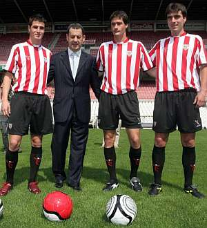 Álex García, Gabilondo y Sarriegui posan con Fernando Lamikiz. (Foto: EFE)