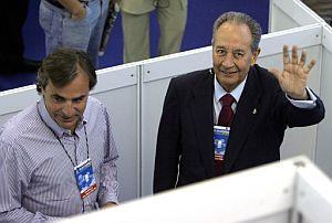 Villar Mir vota, junto a Carlos Sainz. (Foto: EFE)